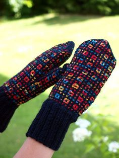 KARDEMUMMAN TALO: Värikkäät körttirasat Fingerless Mittens, Knit Mittens, Knitted Gloves, Knitting Socks, Hand Knitting, Wrist Warmers, Hand Warmers, Knitting Machine Patterns, Knit Crochet