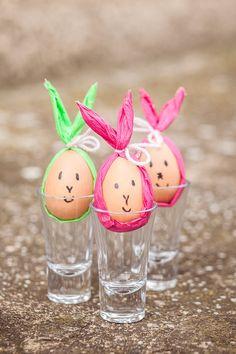 Namalovat zajíčkovi alespoň symbolicky obličej není nic složitého, takže to také můžete svěřit dětem. Vajíčka pak postavte do skleničky, plata na vajíčka nebo do kalíšku na vejce; Eva Malúšová
