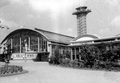 Diergaarde Blijdorp met de Rivièrahal en de uitkijktoren op 12 juli 1946. De Diergaarde is ontworpen in de voor Van Ravesteyn kenmerkende zwierige stijl.