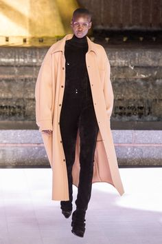 Alexander Wang Spring 2020 Ready-to-Wear Fashion Show - Vogue Alexander Wang, Alexander Mcqueen, Fashion 2020, Runway Fashion, Spring Fashion, High Fashion, Couture Fashion, Versace Fashion, Vogue Paris