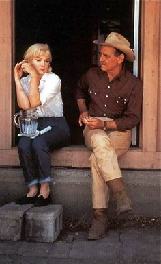 Marilyn Monroe and Clark Gable in between takes on the set of The Misfits in 1960 <3