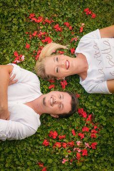 2021 wird geheiratet, davor gab es 2020 ein Paarshooting. Hier im Garten der Mutter, deren Blumen dafür etwas leiden mussten. #hochzeitsfotograf #hochzeitsfotografsalzburg #hochzeitsfotografie #taulightmedia #hochzeit #wedding #weddingphotographer #weddingphotography #austria #salzburg #hellbrunn #schlosshellbrunn #justmarried #weddingday #ourwedding #perfectwedding Leiden, Salzburg, Couple Photos, Couples, Movie, Wedding Photography, Getting Married, Flowers, Lawn And Garden