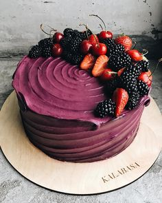 """ถูกใจ 3,243 คน, ความคิดเห็น 18 รายการ -  Торты на заказ, кондитерская (@kalabasa) บน Instagram: """"Сливочно-сырный торт на бисквите из тёмного шоколада с вишнёвым конфитюром желает всем прекрасного…"""""""