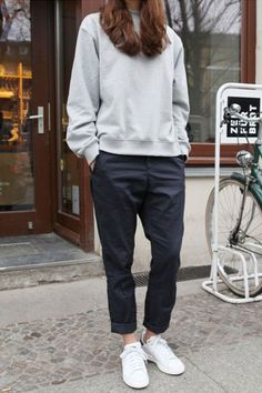 Minimal chic street fashion business casual outfits perfect simple style for work & play classy minimalist style scandinavian style monochromatic style. Fashion Mode, Tomboy Fashion, Look Fashion, Fashion Photo, Trendy Fashion, Street Fashion, Sneakers Fashion, Fashion Outfits, Fashion Fall