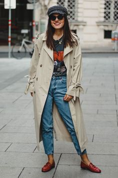 Para ficar de olho: o trench coat promete voltar no próximo inverno » STEAL THE LOOK Denim Trench Coat, Trench Coat Outfit, Coats For Women, Jackets For Women, Clothes For Women, Lambskin Leather Jacket, Winter Mode, Denim Outfit, Kimono Outfit