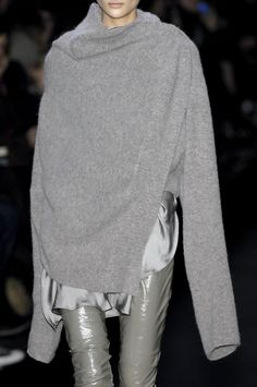my style--love the edge, the architectural lines, the grey on grey, the skinny bottoms and oversize top--so me.