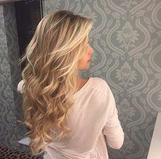 Hair blonde, long blonde curls, thick blonde hair, blonde hair go Dying Hair Blonde, Long Blonde Curls, Thick Blonde Hair, Dyed Hair, Medium Blonde, Wavy Hair, Medium Brown, Ombre Hair, Peinado Updo