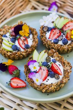 Indulgent Desserts to Bring to New Year's Brunch These granola breakfast tarts look absolutely deliciousThese granola breakfast tarts look absolutely delicious Biscuits Anzac, Brunch Recipes, Dessert Recipes, Snacks Saludables, Tasty, Yummy Food, Healthy Food, Healthy Fruits, Yummy Lunch