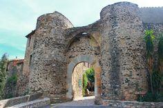 Entrada para o Castelo de Castelnou, em Castelnou, departamento dos Pirineus Orientais, região da Occitania, França.  Fotografia: Devisme.alain