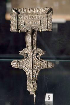 MOTIV: Relieffspenne PERIODE: Vikingtid FUNNSTAD: Sørheim KOMMUNE: Luster   ENGLISH: Buckle from the viking age, found in Luster, Western Norway. Exhibited in Bergen museum.