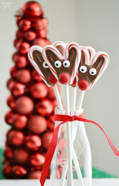 holiday treats These no-bake Candy Cane Reindeer Pops are a fun holiday treat. They are easy and a great homemade food gift that kids can help you make! Christmas Candy Crafts, Edible Christmas Gifts, Candy Cane Crafts, Christmas Treats, Holiday Treats, Homemade Christmas Gifts Food, Holiday Gifts, Handmade Christmas, Christmas Decorations