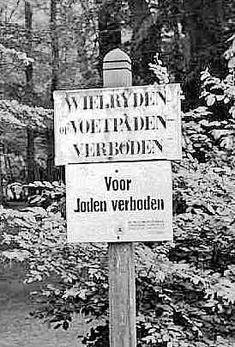 In de tijd dat Walter Süskind leefde was het op veel openbare plekken voor joden verboden. zoals het park, voetbalveld, theater etc. Dit kwam door de haat van hitler naar de joden toe. De mensen gingen wat hitler vertelde over de joden geloven en begonnen ook een haat te krijgen aan joden