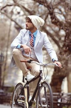 the urban gentleman.I like this dudes style. Sharp Dressed Man, Well Dressed, Mode Masculine, Urban Outfit, Dutch Bicycle, Estilo Hipster, Hipster Hat, Hipster Style, Mode Man