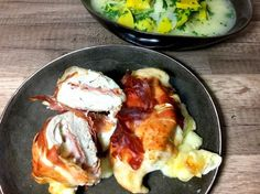 Gefülltes Hähnchenbrustfilet mit Mozzarella und Alpenschinken. Mit wenigen Zutaten kannst du dir ein eiweißreiches Abendessen zubereiten.