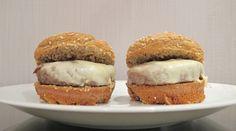 Pão de hambúrguer 2 gemas 4 claras 8 tblsp farelo de aveia 4 tblsp farelo de trigo 4 tblsp pasta de cottage 0% de gordura  4 tblsp iogurte desnatado 1 env fermento biológico 80 a 100 ml de leite desn morno 1 pitada de adoçante Sal Coloque o envelope de fermento biológico para pães no leite e reserve. Bata as gemas peneiradas com a pasta de cottage e o iogurte. Acrescente o leite com o leite e os demais. Bata as claras em neve e misture. Despeje refratários individuais redondos. Asse a 200°C.