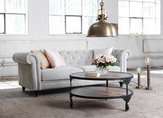 Industriromantik med ljus chesterfield soffa och rosa nyanser och rå mässing från EM. NELLY