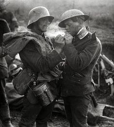 Fraternisation entre soldats alleman et anglais.  Noel 1914