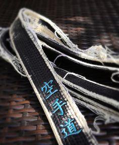#karate #karatedo #kanji #kalligraphie #japanisch #shotokan #dojo #dan #meistergrad #budoka #schwarzgurt #kuroobi #blackbelt #kampfkunst #martialarts #karetefamily #karatemaster #karateislife #karateman #karate4live #karateteam Das Rangsystem im Karate Die Dan-Grade Die Dan-Grade unterteilen sich in Yûdansha die man als die Kriegergarde bezeichnet und Kodansha die den gereiften Meistern zugesprochen werden. Die Yûdansha-Stufe enthält die Graduierungsstufe von 1. Dan bis zum 4. Dan (Shôdan…