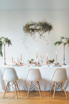 From setting the table to styling yourself, this is THE perfect New Year's Eve party guide. New Years Eve Dinner, New Years Eve Party, Wedding Chairs, Wedding Reception Decorations, New Year Table, Style Me Pretty Living, Christmas Decorations, Table Decorations, Christmas Greenery