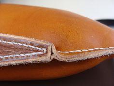 Unieke handgenaaide handtas uit zeer kwaliteitsvol plantaardig gelooid leder. De handvaten zijn vakkundig afgewerkt en zorgvuldig aan de tas genaaid. Kan op vraag in andere kleuren besteld worden. Afmetingen: 40cm/60cm.09