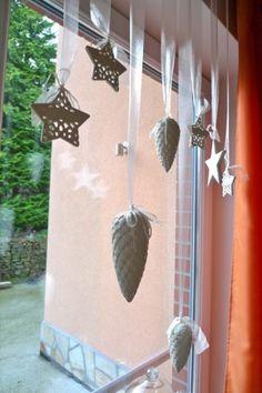 zimní dekorace oken Wind Chimes, Merry Christmas, Branches, Winter, Creative, Outdoor Decor, Diy, Crafts, Windows