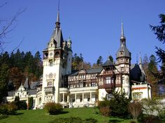 Known as one of the most beautiful castles in Europe, Peles Castle can be discovered in the majestic Carpathian Mountains, near the town of Sinaia, Romania. There are 168 rooms in the castle. Chateau De Chinon, Chateau De Blois, Chateau Versailles, Krak Des Chevaliers, Beautiful Castles, Beautiful Places, Amazing Places, Valladolid, Healthy Life
