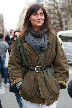 Emmanuelle Alt in a practical but chic coat. #Streetstyle at Paris Fashion Week #pfw