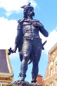 """Julius Caesar omschreef in zijn kroniek 'De Bello Gallico' over de Gallische oorlogen Ambiorix als """"de dapperste onder de Galliërs"""". Als koning van de Eburonen kwam Ambiorix in opstand tegen de Romeinse overheersing. Hij wist de Romeinse troepen in 54 voor Christus te verslaan en bracht hiermee Caesar diens grootste nederlaag toe tijdens zijn veroveringstochten in Gallië. Ambiorix moest echter zijn legerkamp opbreken maar begon daarop een guerrillastrijd tegen de Romeinen."""