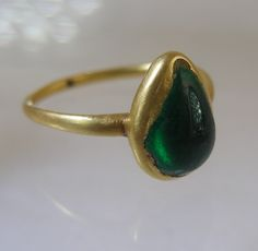 Cabochon drop shaped emerald ring ca 1580.  Custom Make vintage jewelry on Morpheus! www.morphe.us.com