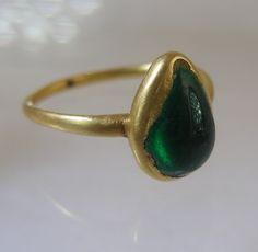Cabochon drop shaped emerald ring ca 1580
