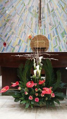 Easter Flower Arrangements, Easter Flowers, Flower Centerpieces, Floral Arrangements, Deco Floral, Arte Floral, Floral Design, Altar Decorations, Flower Decorations