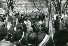 pochód z okazji obchodów 1 Maja zmierzający przez al. Partyzantów; w tle widoczny szpital miejski; 1 maja 1988 r.; Puławy; (fot. Janusz Filipczak)