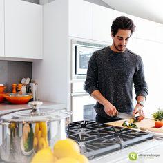 In diesen durchaus schweren Zeiten kann man nur versuchen, es sich zu Hause gemütlich zu machen und vielleicht ergibt sich ja jetzt öfter die Möglichkeit, kreative Gerichte in der eigenen Küche auf den Teller zu zaubern. 🙃 In diesem Sinne gutes Gelingen und wir sind davon überzeugt, dass wir diese herausfordernde Zeit gemeinsam meistern werden und freuen uns schon darauf, euch möglichst bald wieder in unserem Küchenstudio begrüßen zu dürfen! 😊 #staypositive #eilmannsberger Foyers, Staying Positive, Teller, Place, Instagram, Intermittent Fasting, Muscle Mass, Diets, Health
