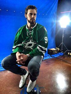 wow what a model I'm so ready for hockey season, I've been so bored and can't deal with another trade happening lol cred Hockey Girls, Hockey Mom, Field Hockey, Ice Hockey, Hockey Stuff, Rangers Hockey, Boston Bruins Hockey, Pittsburgh Penguins Hockey, Chicago Blackhawks