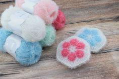 Bubble svamp – African flower Bubble african flowers svampene, er hæklet i Rico´s nye Creative Bubble garn, som er fremstillet så man kan hækle sine egne badesvampe eller køkkensvampe. Garnet er 100% Polyester, og kan vaskes ved 60 grader. Garnet fås i 12 forskellige lækre farver og kan købes HER Materiale: 2 farver Rico Bubble garn Hæklenål nr. 4 Mål:11 cm i dia. Samlet garnforbrug:20 g.  African Flower vejledning: -Vejledningen er hæklet i bomuldsgarn så maskerne er mere synlige. Med…