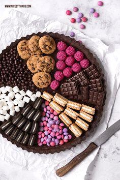 Pyjama-party Essen, Cute Food, Yummy Food, Dessert Platter, Sleepover Food, Charcuterie Recipes, Snack Recipes, Dessert Recipes, Party Food Platters