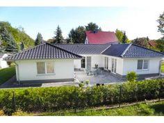 Fassadengestaltung beispiele bungalow  Ausgewogene 113 von ekodom | Bungalow | Walmdach | Bungalow Ideen ...