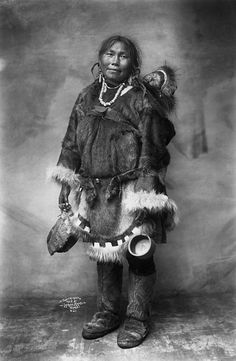 Photograph shared by glenbowmuseum Inuit communities are found in Canada, Northern Alaska, and Greenland. During the winter months Inuit lived in round houses made from blocks of snow, called 'igloos'. Native American Photos, Native American Women, Native American History, Native American Indians, Inuit Clothing, Fur Clothing, Inuit People, Indigenous Tribes, Folk