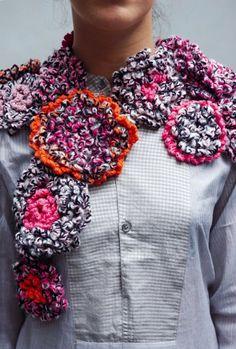 Une écharpe crochetée en laine chinée, ronds, motifs / A mocked woolen picked scarf