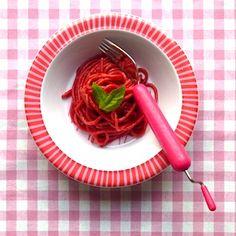 Dat is toch fantastisch voor kinderen, roze spaghetti? Dit recept maak je gewoon met gedroogde pasta, je hebt er geen pastamachine voor nodig. De smaak is lichtzoet, naar bietjes, en gaat prima samen met verschillende pastasauzen. Ingrediënten 250 g spaghetti 1 voorgekookte biet scheutje kokend water peper en zout * hoeveelheid geschikt voor 2 normale […]
