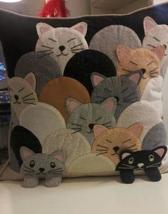 Almofadas patchwork feltro Ideas for 2019 Applique Pillows, Sewing Pillows, Wool Applique, Diy Pillows, Applique Quilts, Patchwork Quilting, Patchwork Pillow, Throw Pillows, Decorative Pillows