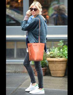 Sienna Miller et ses sneakers iconiquesNul doute que la chaussure iconique d'Adidas, la Stan Smith, a une véritable place dans le cœur des people (et du notre aussi d'ailleurs!)… Il suffit pour la jolie blonde de les combiner avec un slim noir et un sac aux tons naturels, et le tour est joué.