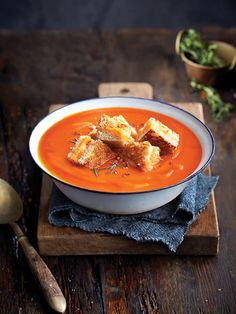 Tomato soup with grilled cheese croutons - Chatelaine Soup Appetizers, Tomato Soup Recipes, Best Dishes, Smoothie Recipes, Vegetarian Recipes, Food Photography, Food Porn, Food And Drink, Restaurants