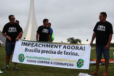 BRASÍLIA (DF) -manifestantes seguram faixaemprotesto PRÓ IMPEACHMENT JÁ!.