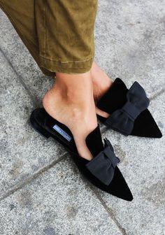 Сабо без задника на плоском каблуке – mules, или «мюли» как ласково называют их русскоязычные блогеры – взяли штурмом сначала продвинутую модную тусовку, а затем и пришли «в народ». И сегодня их называют главным обувным трендом грядущей весны и лета, так что стоит присмотреться к ним повнимательнее. statement mules весна-лето 2018 Эта обувь – одна...