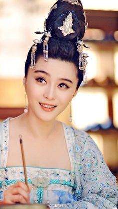 The Empress of China (simplified Chinese: 武媚娘传奇) is a 2014 Chinese television drama based on events in and Tang dynasty, starring producer Fan Bingbing as the titular character Wu Zetian—the only female emperor in Chinese history. Wu Zetian, Fan Bingbing, Chinese Traditional Costume, Traditional Dresses, Oriental Fashion, Asian Fashion, The Empress Of China, China Girl, Chinese Clothing