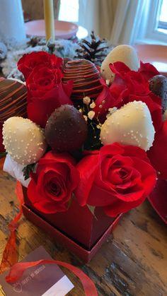 Flower Bouquet Diy, Bouquet Box, Cake Pop Bouquet, Strawberry Cake Pops, Chocolate Covered Strawberries, Chocolate Hearts, Chocolate Gifts, Edible Fruit Arrangements, Chocolate Bouquet Diy