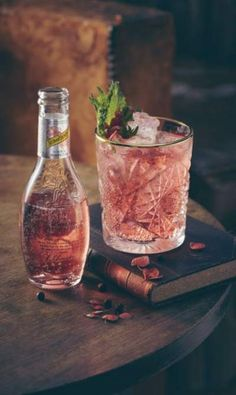 Fresh pomegranate juice mixed with gin, lemon juice, rosemary sugar syrup and topped with soda water. A sweet, tart and earthy Summer cocktail that will soon become your favourite. Gin Tonic, Tonic Drink, O Gin, Gin Fizz, Cocktails, Cocktail Recipes, Cocktail Ideas, Hibiscus, Watermelon Alcoholic Drinks