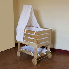 Baby bassinet made from pallets Baby Doll Crib, Baby Bassinet, Baby Cribs, Baby Dolls, Baby Furniture, Doll Furniture, Pallet Furniture, Diy Crib, Diy Bebe
