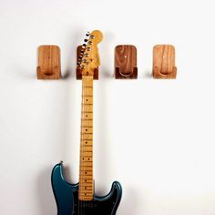 Ou baixo, ukulele, cavaquinho, bandolim, violino...     Morro de inveja (da boa) de quem sabe tocar um instrumento, principalmente os d...